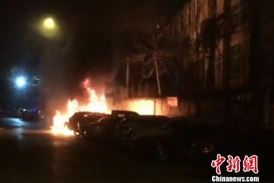 山西省長治市潞州區角沿村一小區多輛轎車著火,經確定是人為縱火燒車。現場視頻截圖