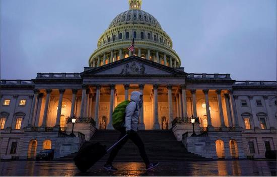一民多路过美国国会大厦。(图:路透)