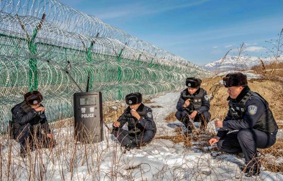 即将进入新年,边境巡逻仍要保持常态。在巡逻间隙,霍尔果斯口岸边境派出所民警在边境地区吃饭。郭炜 摄