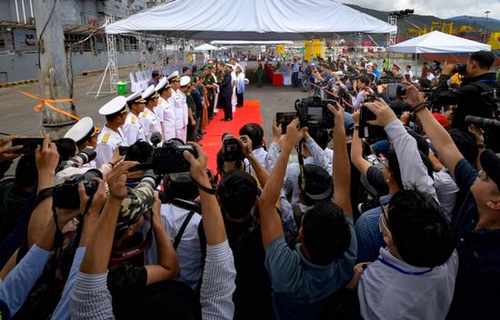 """3月5日,越南军方举行隆重仪式,迎接美国""""罗斯福""""号航母和""""邦克山""""号导弹巡洋舰访问岘港"""