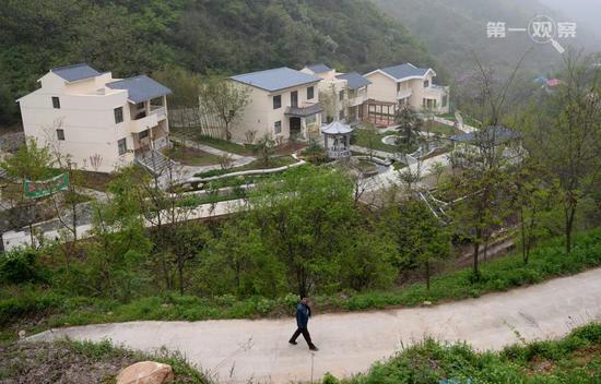 西安市长安区滦镇石峡沟村三栋大型单体欧式风格别墅并排而立(2014年4月15日摄)。