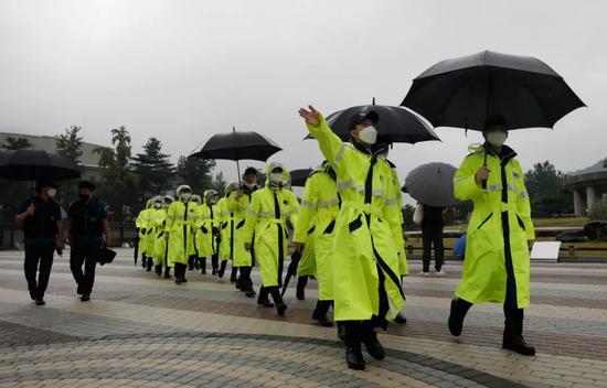 8月15日,警察在韩国首尔戴口罩执勤。新华社/美联