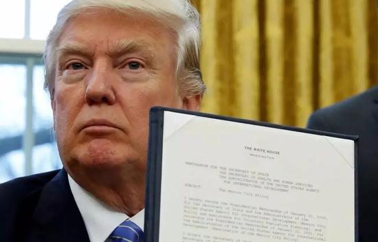 2017年1月,特朗普上台就签定走政命令,美国退出TPP