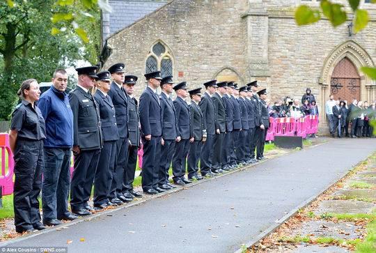 教堂外有令人心碎的場面,試圖拯救四名孩子生命的消防隊員在送葬隊伍到來之前組成了儀仗隊。