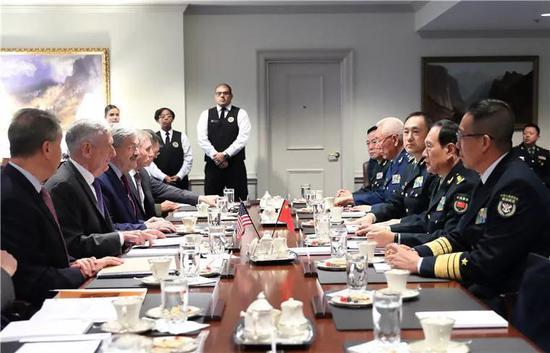 美国国防部长马蒂斯与国务委员兼国防部长魏凤和举走座谈。李晓伟摄
