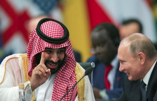 普京与沙特王储喜悦互动。(路透社)