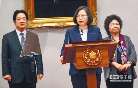 """蔡英文(中)与赖清德(左)、陈菊(右)(台湾""""中时电子报"""")"""