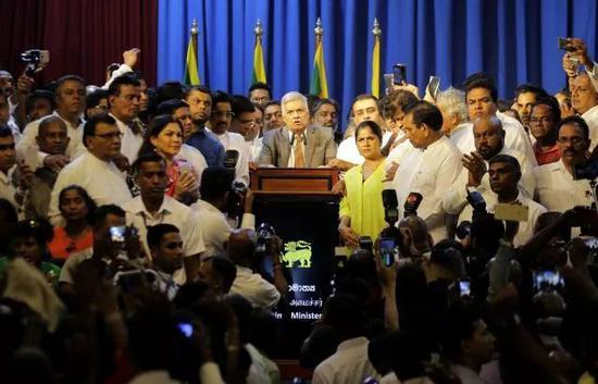▲12月16日,斯里兰卡新一届当局总理维克勒马辛哈(中)在科伦坡向声援者发外说话。(新华社/美联社)
