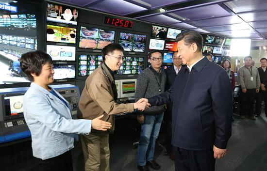 2016年2月19日,习近平到中央新闻单位调研。图为习近平在中央电视台总控中心同工作人员亲切握手。