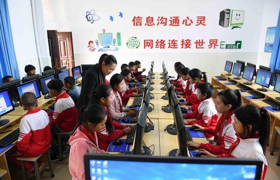 ↑云南省西盟佤族自治县勐梭镇班母村的小学生在上电脑课(2018年12月7日摄)。新华社记者 杨宗友 摄
