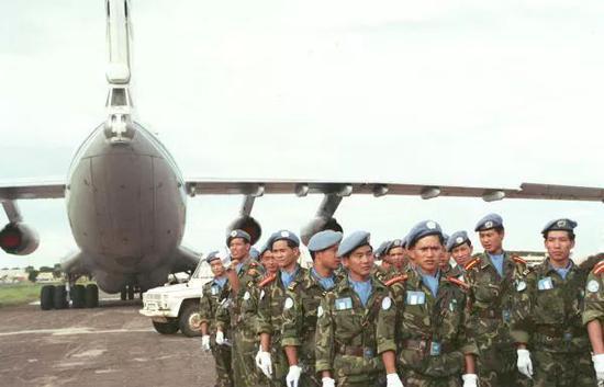 ▲1993年9月11日,中国工程兵大队官兵结束在柬的维和行动,在金边波成东军用机场乘专机回国。(新华社发)