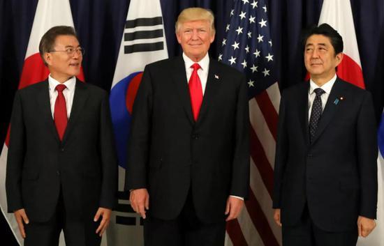 特朗普在德国汉堡G20峰会上会见文在寅和安倍晋三。图源:路透社