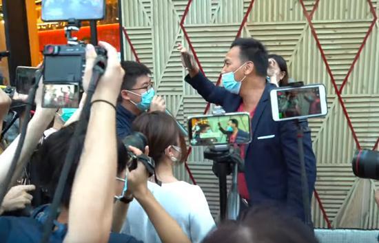 香港前阿sir(右)当街怒斥黄之锋(视频截图)