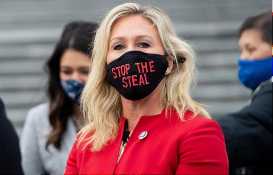 """(图说:格林一次出席活动时佩戴的口罩写着""""停止盗窃(选举结果)""""。图/AFP/Getty Images)"""