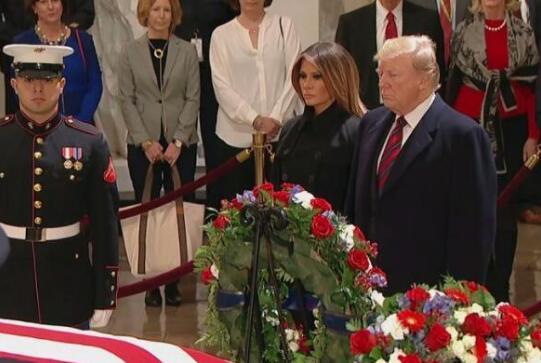 3日晚,特朗普偕夫人梅拉尼娅抵达国会,向老布什致敬。(图源:CNN)