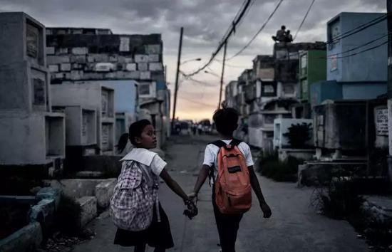 走在放学路上的孩子们