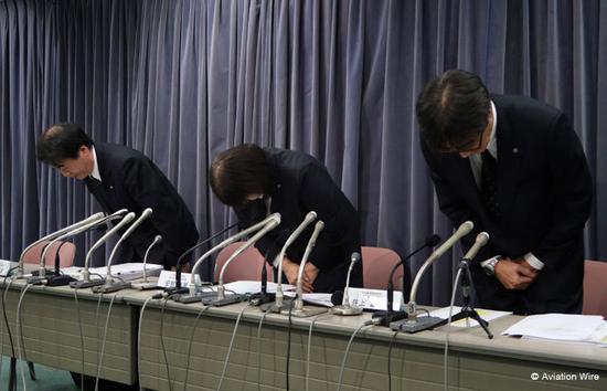 日航负责人安部映里在记者会鞠躬道歉(日本Aviation Wire网站)