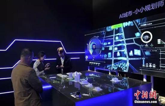 2018年10月18日,第一届河北国际工业设计周在雄安新区主会场开幕。图为参观者体验AI城市规划设备。中新社记者韩冰摄