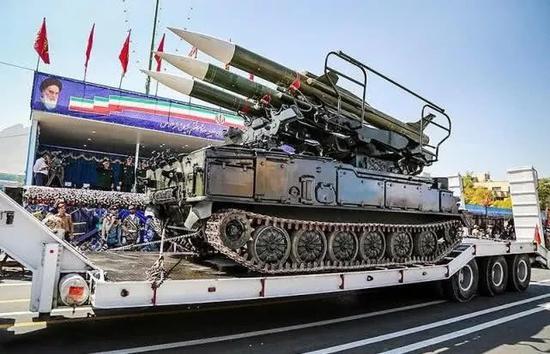 ▲伊朗阅兵式上展出的防空导弹