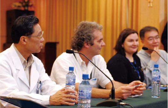 ·2003年12月31日,世界卫生组织专家到广州医学院第一附属医院与钟南山(左一)一起研讨非典治疗对策。