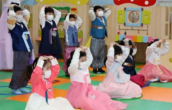 ▲2021年2月9日,韩国光州一家日托中心的孩子们集体比心迎接新年。图/IC PHOTO