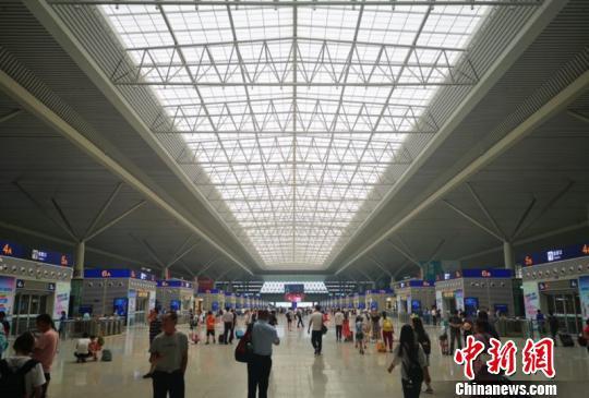 资料图:郑州东站候车大厅 何彬 摄
