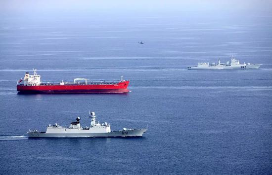 吾海军第一批、第二批护航编队共同为地41批商船进走说相符护航 (李唐摄影)