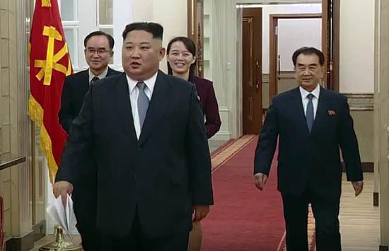 金正恩走进朝鲜劳动党总部,准备发表新年贺词。(纽西斯通讯社)