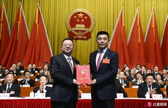 △市委书记刘超向新当选的市人民政府市长元方颁发当选证书