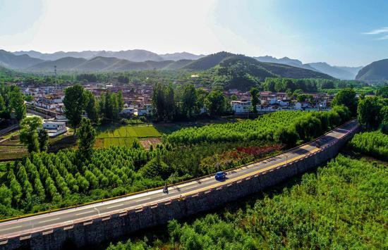 ↑这是河北省涉县河南店镇王堡村外的公路(2018年5月29日摄)。