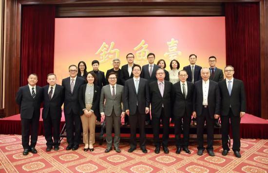 卢新宁(前排左四)担任香港影视界访京团顾问