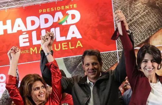 ▲10月7日,劳工党总统候选人阿达(中)得知计票结果后庆祝。 图/新华社