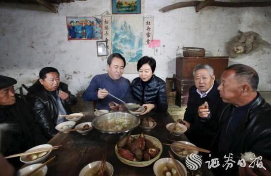 许家印、丁玉梅和同乡们围坐在老家堂屋吃忆苦思甜饭
