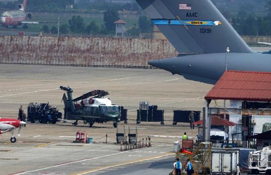 美总统专用直升机现身越南机场(韩国《中央日报》)