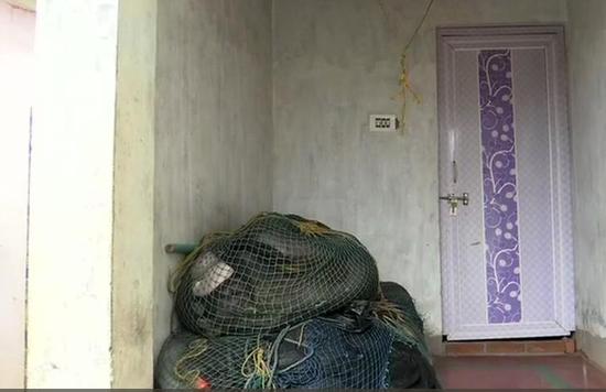 渔民从自己的房子撤离(图源:ANI)