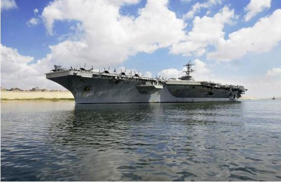 """2019年5月9日,美国海军""""亚伯拉罕·林肯""""号航母通过埃及苏伊士运河向南航行。(新华社/美联)"""