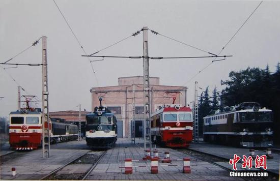 上世纪八十年代,宝鸡机车检修厂交车场上整装待发的电力机车。宝鸡机车检修厂供图