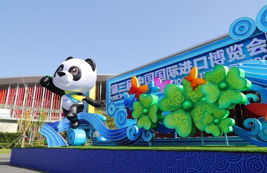 """这是***会展中心(上海)西入口处摆放的熊猫""""进宝""""主题进博会装饰(10月23日摄)。新华社记者 方喆 摄"""