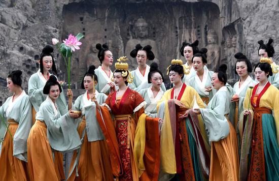 演员在洛阳龙门石窟景区礼佛台演绎《文昭皇后礼佛图》(4月25日摄)。新华社记者李安摄