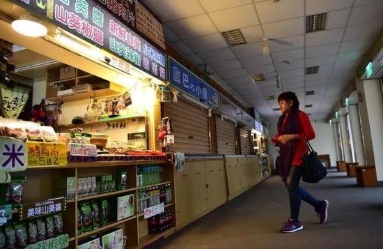 """▲民进党上台后""""冰冻""""两岸关系导致台湾经济受到重创,图为阿里山景区不少店铺关门歇业。(新华社)"""