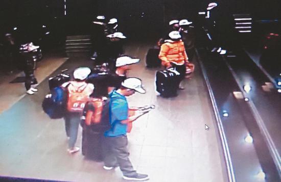脱团越南旅客的监控画面 (图源:说相符信休网)