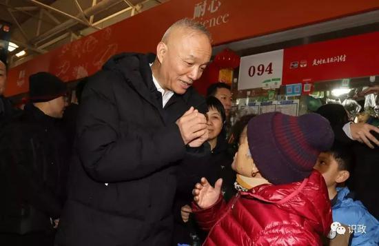 在菜市场,蔡奇给86岁的老人张淑兰拜年