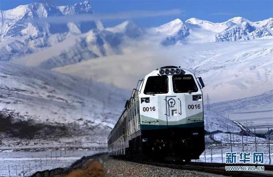 (图为列车行驶在雪域高原的青藏铁路上 2006年10月25日 新华社记者 觉果 摄)