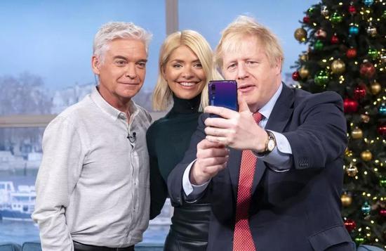 11月5日,约翰逊用华为手机自拍。事后他发表声明说,手机不是自己的