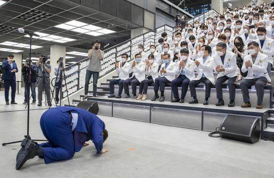 """""""多亏你们!""""韩国一市长下跪磕头感谢医护人员(图)"""