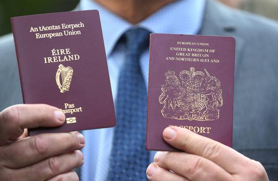 喜欢尔兰护照(左)英国护照(右)