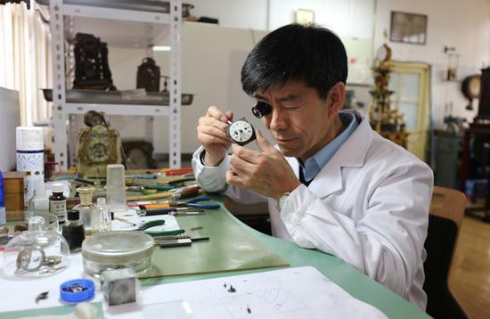 """故宫的""""时间魔法师"""":42年修""""活""""200件古董钟"""