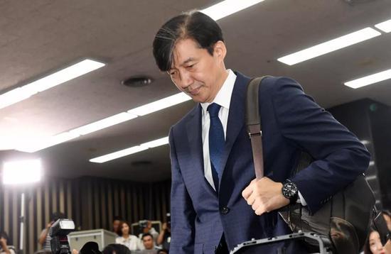 韩国法务部长官曹国10月14日宣布辞去长官职务,并对国民道歉。