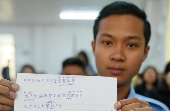 ▲1月14日,在内比都,缅甸商务部公务员在培训班上学汉语。新华社记者王申摄