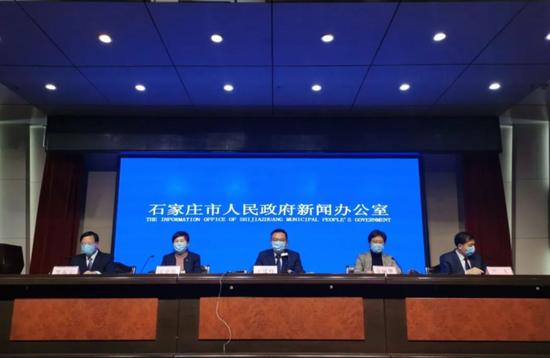 1月5日晚,石家庄市召开新冠肺热疫情防控做事讯息发布会。图源:澎湃讯息